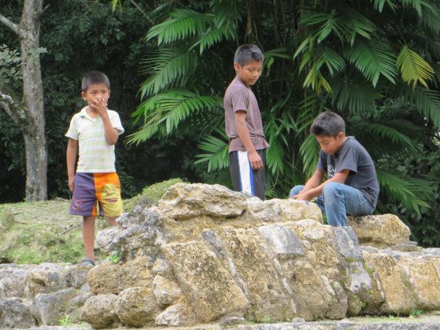 Gyerekek játszanak Uaxactun (Guatemala) maja romjain. Majáknak tartják magukat, több maja nyelvjárás is létezik. (Kép: Balázs Géza)