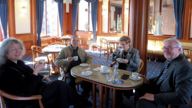 Baráti kávézás a Manysi munkatársaival